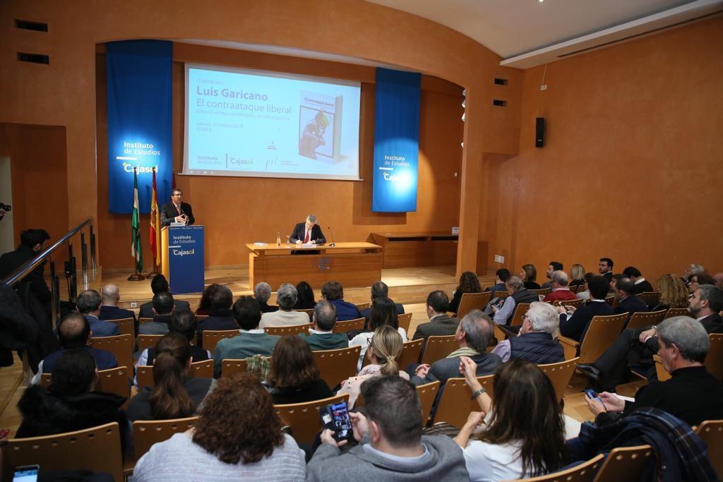 Antonio Pulido, presentando a Luis Garicano en el Instituto de Estudios Cajasol