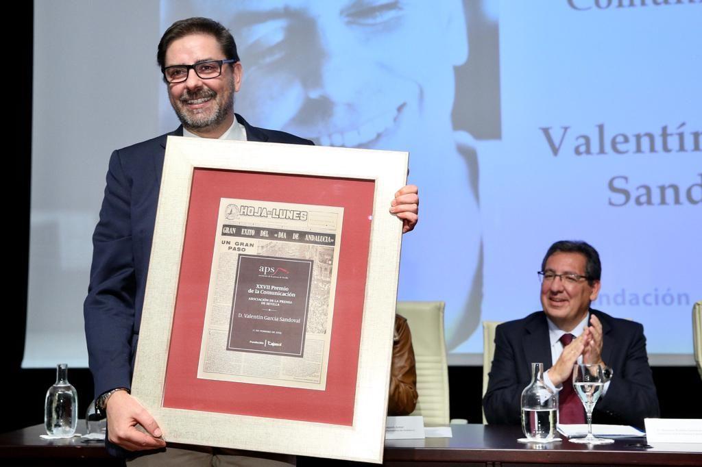 Valentín García recibe el XXVII Premios de la Comunicación de la APS en la Fundación Cajasol