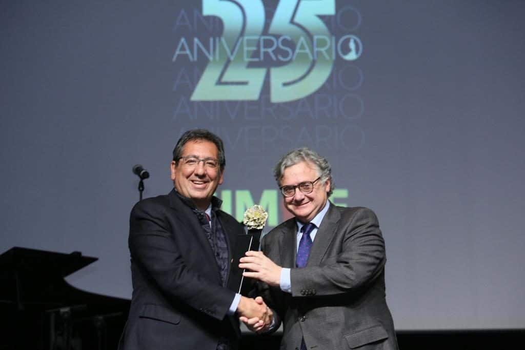 Antonio Pulido, presidente de la Fundación Cajasol, recibe el reconocimiento de la entidad de manos de Antonio Yelamo, director de Radio Sevilla