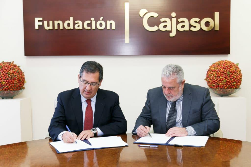 Momento de la firma del convenio entre la Fundación Cajasol y Canal Sur