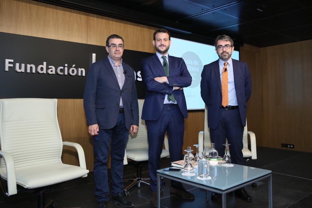 Francisco Robles, Juan Fernández y Jesús García en el Aula de Cultura de ABC de Sevilla