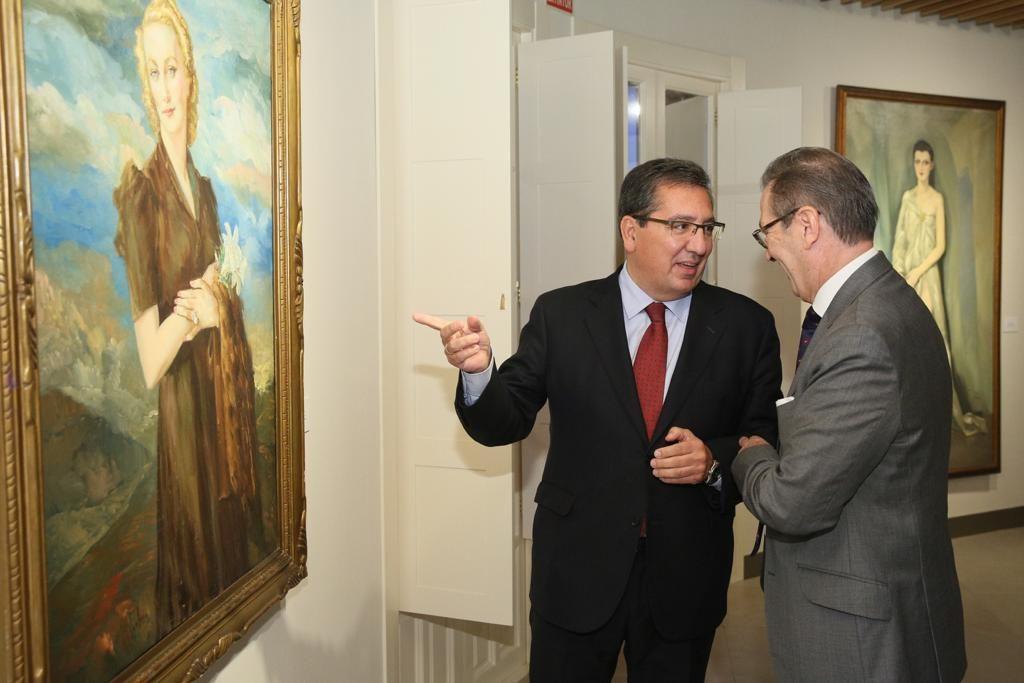 Antonio Pulido, presidente de la Fundación Cajasol, y José F. Estévez, presidente de la Fundación Enrique Ochoa, comentan unas de las obras de la exposición