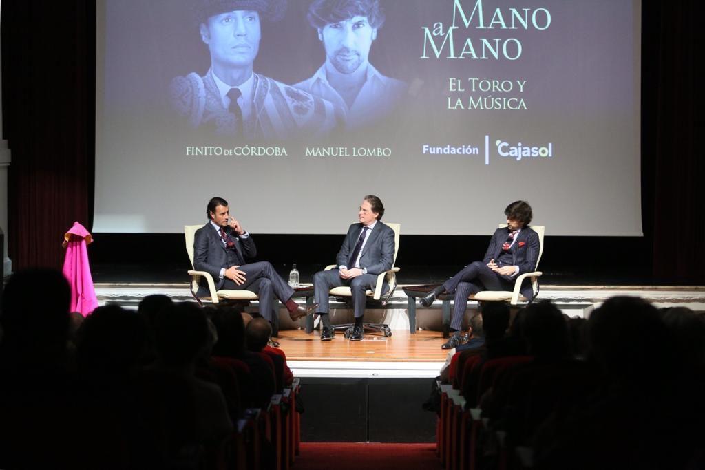 Finito de Córdoba y Manuel Lombo charlando sobre El toro y la música en la Fundación Cajasol