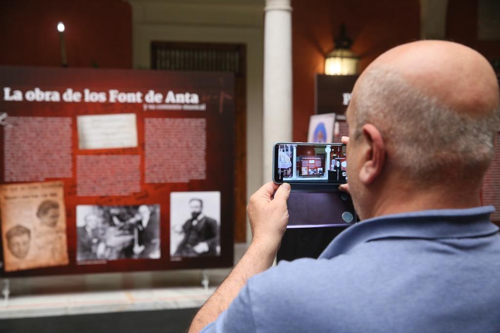 Exposición sobre 'Amarguras' en el patio de la Fundación Cajasol en Sevilla