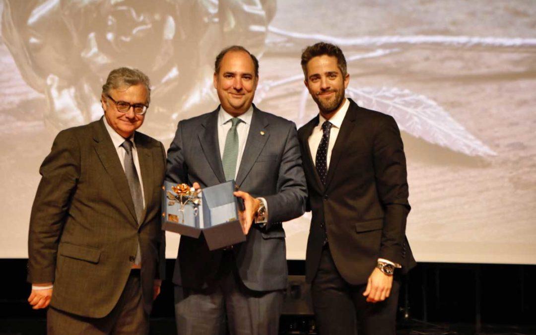 Radio Sevilla entrega su Rosa de Pasión 2019 a la Bolsa de Caridad de la Hermandad del Gran Poder