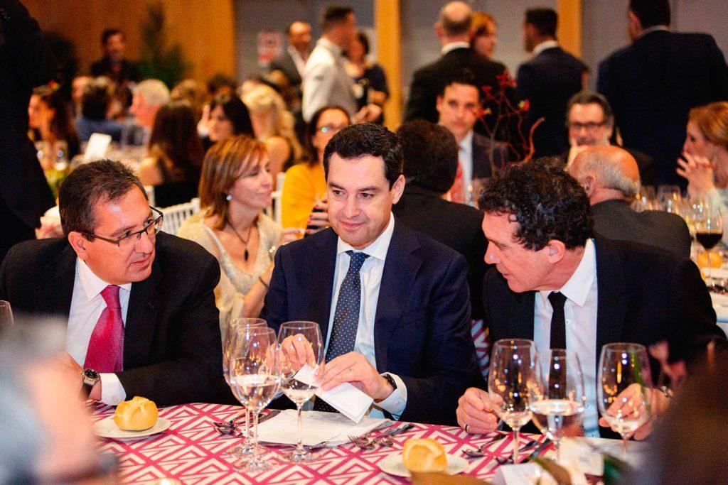 Antonio Pulido y Antonio Banderas dialogando en la Gala Solidaria 2019 de la Fundación Lágrimas y Favores en Málaga