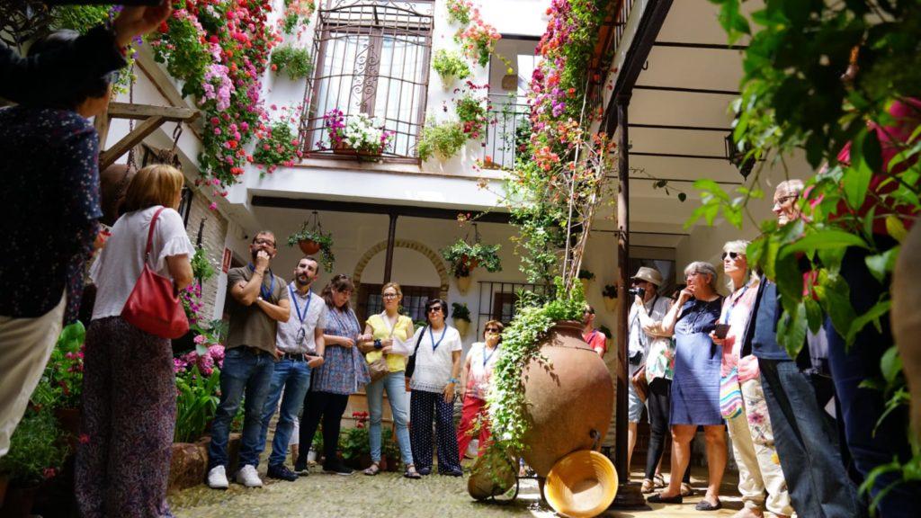 Un momento de la visita a uno de los patios en la zona de San Basilio