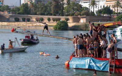 Velá de Santa Ana 2019: Espectaculares saltos en el tradicional concurso de la Cucaña