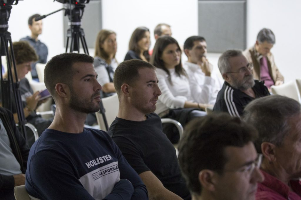 El público, atento a las palabras de Emilio Martín, durante su charla deportivo en la Fundación Cajasol