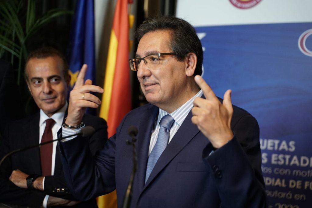 Antonio Pulido, presidente de la Fundación Cajasol, en la inauguración de la exposición con las maquetas de los estadios de fútbol en el Mundial de Qatar 2022