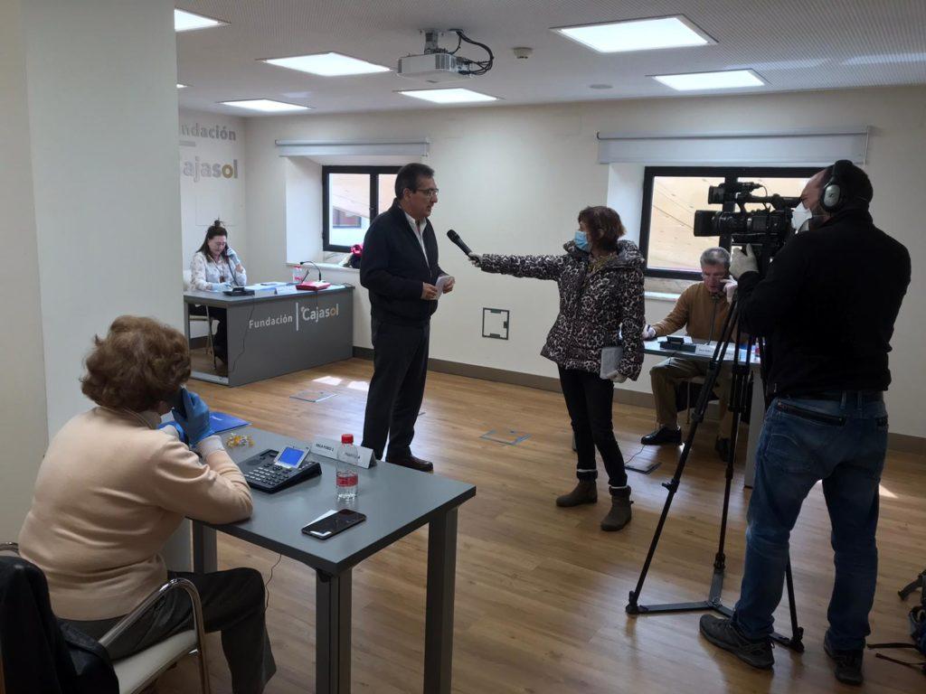 Antonio Pulido, entrevistado por los medios en el servicio de atención informativa acerca del covid-19