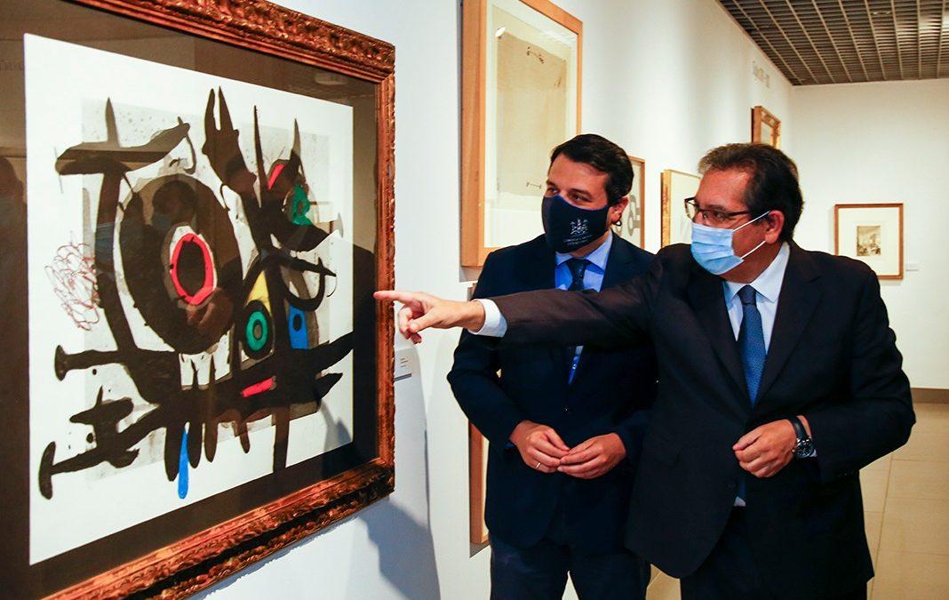 Antonio Pulido, presidente de la Fundación Cajasol, y José María Bellido, alcalde de Córdoba, comentan una de las obras de la exposición