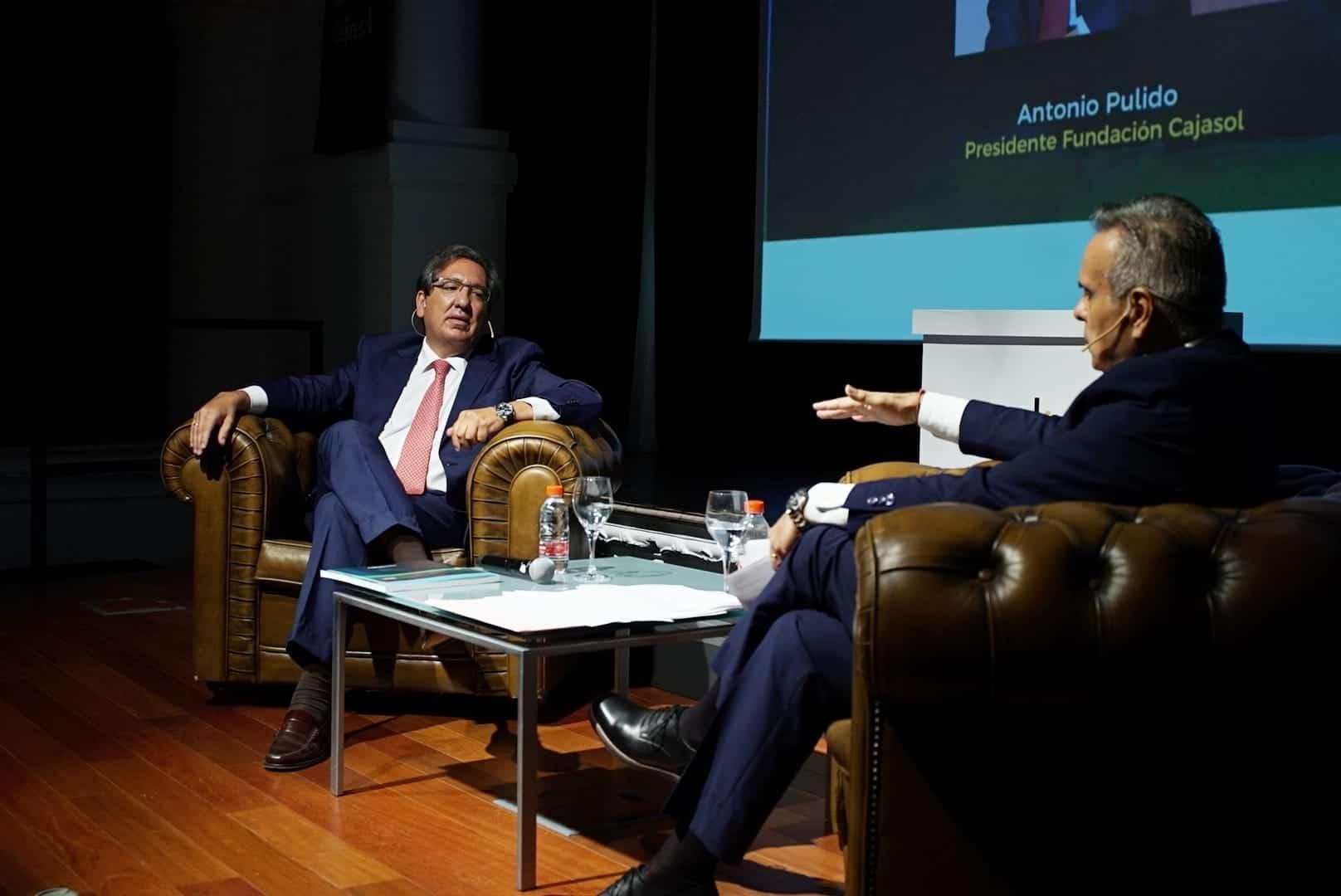 Antonio Pulido, en conversación con Cristobal Cervantes durante la presentación de la Memoria 2019 de la Fundación Cajasol