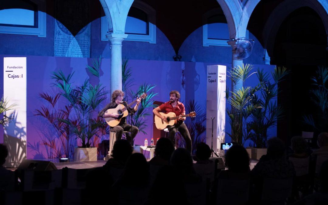 Andrés Herrera 'Pájaro' y Raúl Fernández, Las Criaturas, en el escenario del patio de la Fundación Cajasol en Sevilla